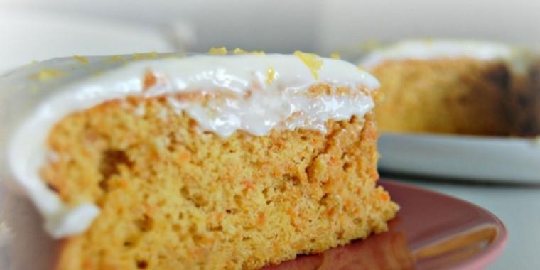 Aprenda receita de bolo de cenoura no vapor com cobertura de iogurte de mel