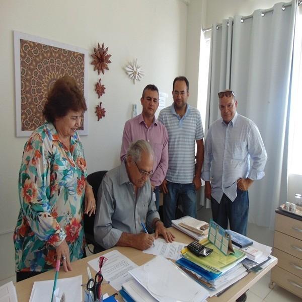 Prefeito assina ordem de serviço para construção  da escola na localidade Vereda da Porta