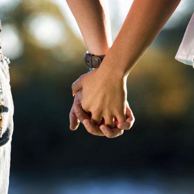 Jovem de 18 anos se casará com seu próprio pai após dois anos de namoro
