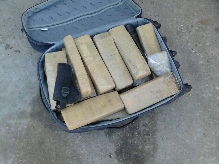 Policiais do 9º BPM apreendem 30 quilos de maconha e armas enterradas em casa abandonada na Vila Santo Afonso - Imagem 3