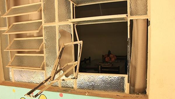 Uma das janelas que foram depredadas pelos vândalos