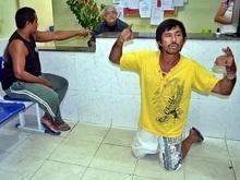 Após sofrer tentativa de roubo, homem é lesionado e se ajoelha perante acusado