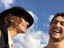 Atriz Camila Pitanga posa com o namorado durante férias na Europa