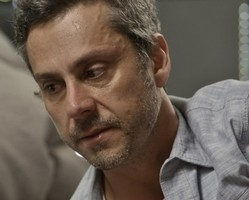 Romero chora muito após achar que Atena morreu nas mãos da facção