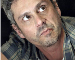 Regra do Jogo: Romero é espancado por Zé Maria após discussão