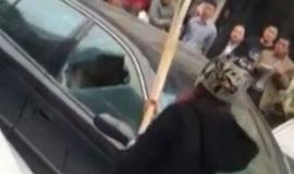 Mulher traída vê marido com amante e destrói carro com casal, vídeo