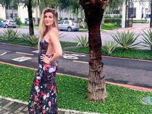 Aline Gotschalg posta foto de longo e exibe barriguinha da gravidez