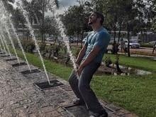 Caio Castro posta foto em que simula está urinando em público