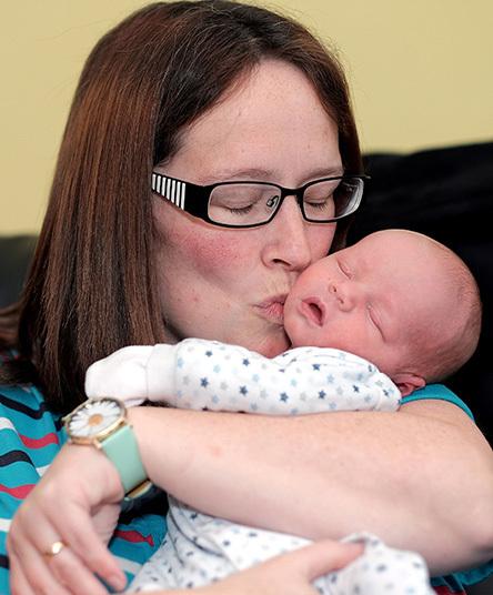 Emma Bromfield com seu bebê Frankie