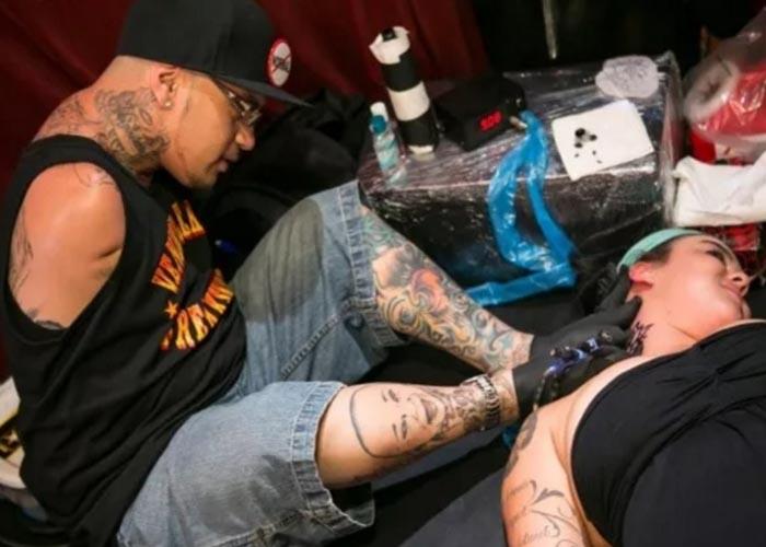 Brian Tagalog nasceu sem os braços e tatua com os pés
