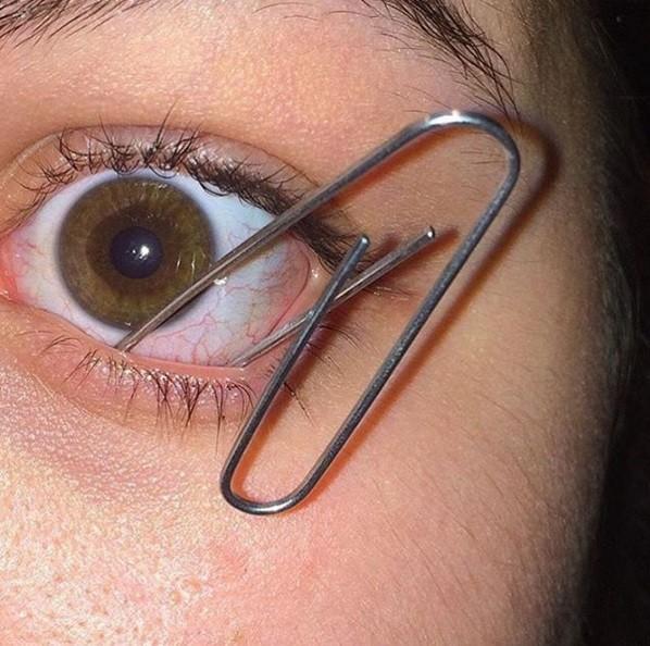 Pessoas colocam objetos nos olhos (Crédito: Divulgação Instagram )