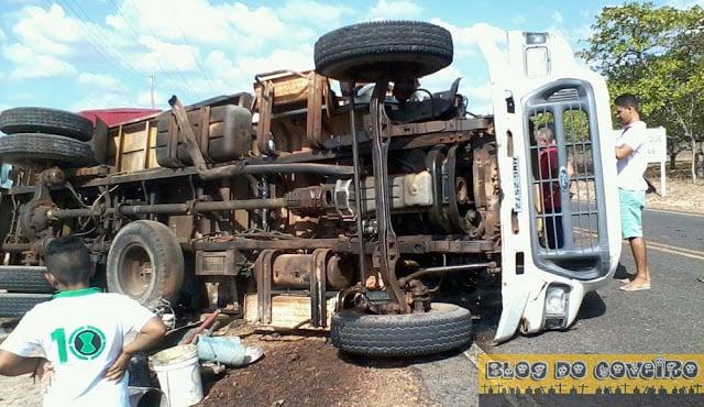 Caminhão capotou na PI-379 (Crédito: Reprodução)