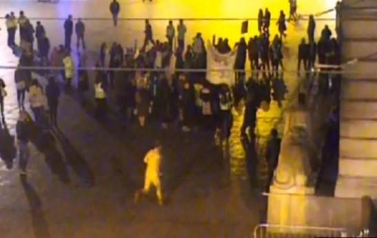 Peter Barker nu em protesto (Crédito: Reprodução)
