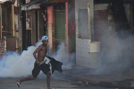 Moradores protestaram após a criança ser atingida por bala perdida (Crédito: Reprodução)