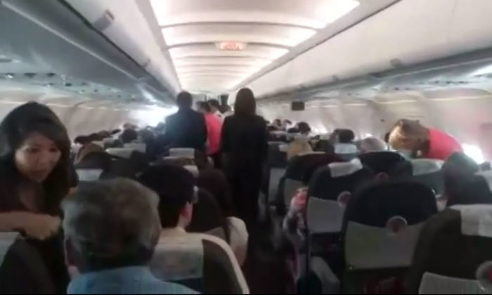 Família deixa avião (Crédito: Reprodução)