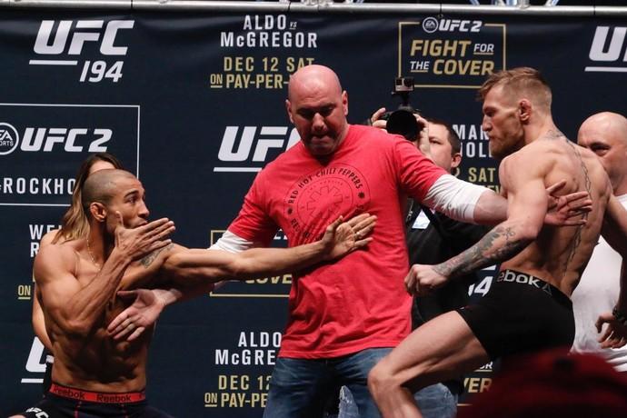Aldo imitou a posição do seu adversário durante encarada (Crédito: Reprodução)