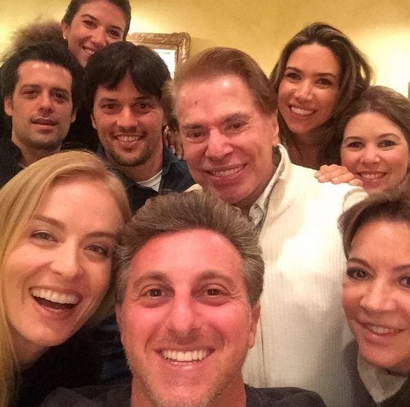 Silvio posa em jantar com famosos (Crédito: Reprodução)