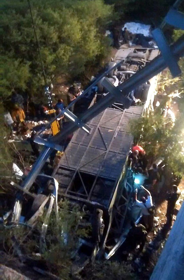 Policiais trabalham em resgate de corpos em acidente na província de Salta (Crédito: AFP)