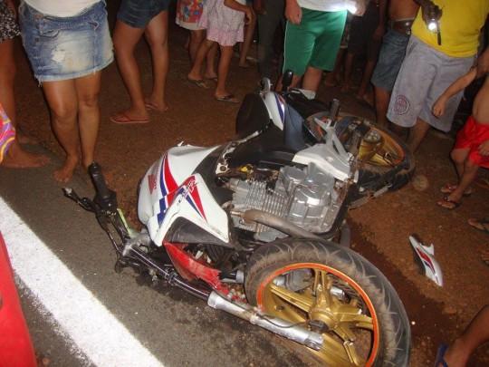 Motocicleta ficou avariada após colisão (Crédito: Reprodução)