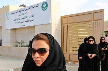 Mulheres sauditas sofrem restrições