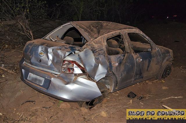 Carro capotou várias vezes após colisão (Crédito: Reprodução)