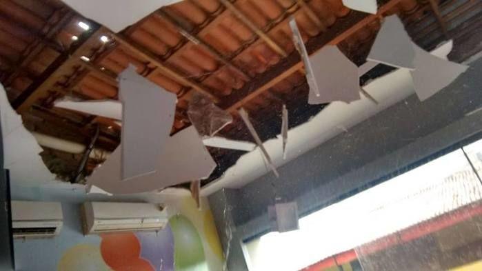 Teto de escola destruído após ventania (Crédito: Reprodução)