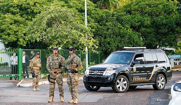 Agentes da PF fazem busca e apreensão na casa de Eduardo Cunha em Brasília  (Crédito: Reprodução)
