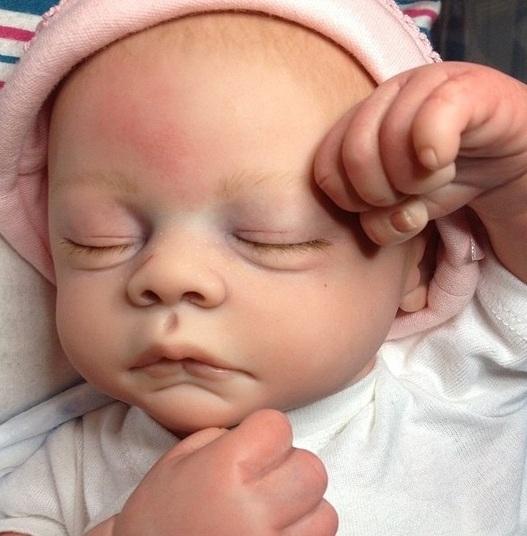 Boneca idência a bebê (Crédito: Reprodução)