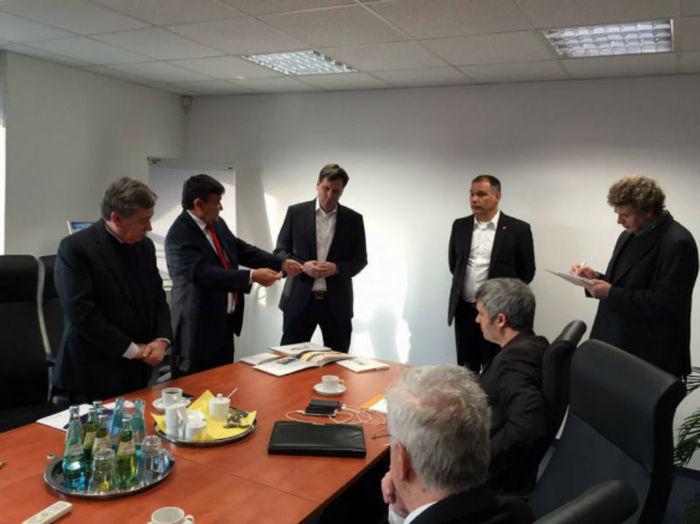 Wellington se reúne com representantes das empresas Heckert Solar e Power Value AG. (Crédito: CCom )