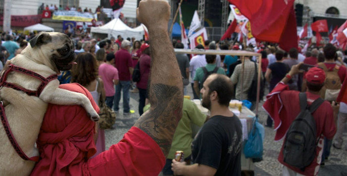 Manifestação em apoio a Dilma (Crédito: Folha)