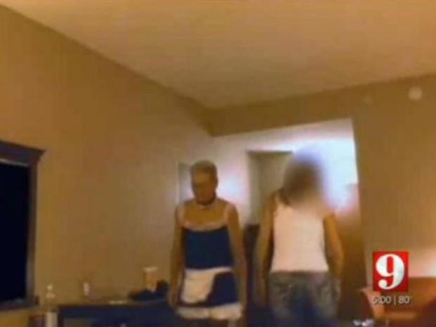 Homem vestido de empregada sexy foi preso acusado de prostituição (Crédito: Reprodução)
