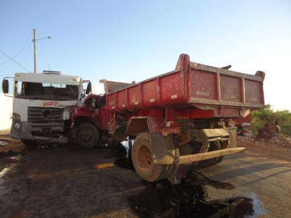 Acidente envolvendo dois caminhões em Floriano (Crédito: FlorianoNews)