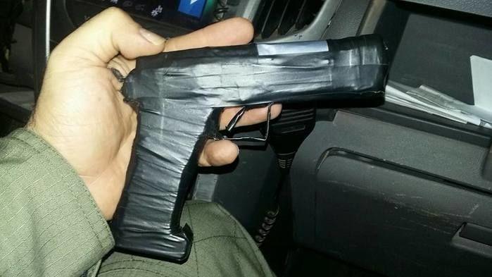 Simulacro de arma de fogo utilizado pelo três (Crédito: Divulgação)
