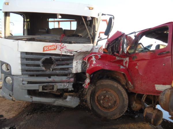 Um dos veículos ficou com a lateral parcialmente destruída (Crédito: Florianonhews)