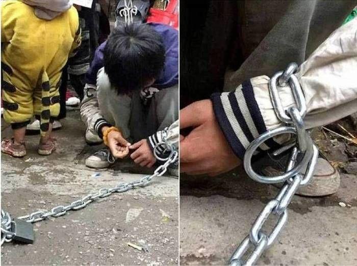 Garoto ficou acorrentado no meio da rua