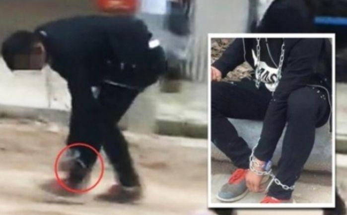 O adolescente foi obrigado a andar com as mãos e pés acorrentados