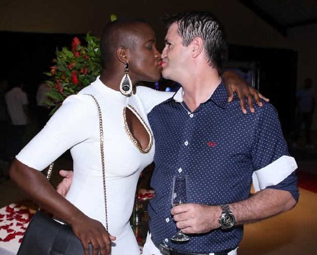 Os dois trocaram beijos na frente dos fotógrafos (Crédito: Reprodução)