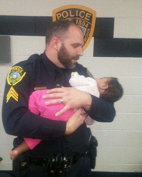 Policial abraçando bebê (Crédito: Reprodução)