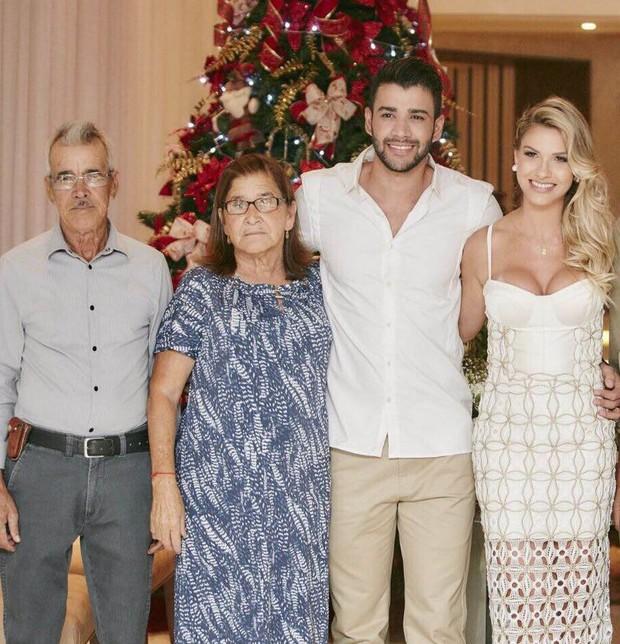 Gusttavo Lima e seus pais durante casamento  (Crédito: Divulgação )