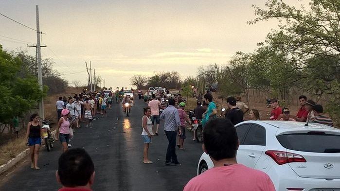 Populares foram ao local do acidente