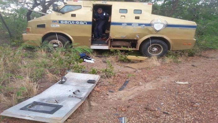 Criminosos explodiram o carro-forte na BR-230