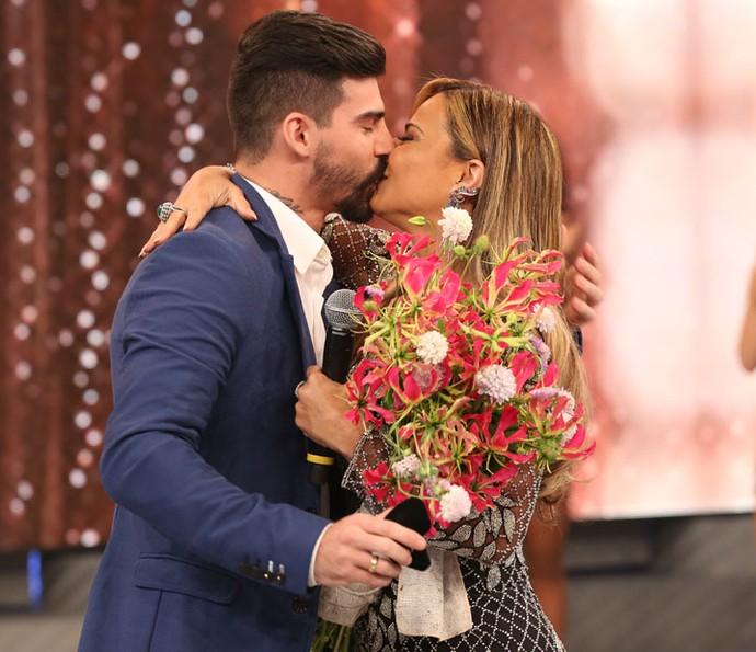 Os noivos trocam beijos apaixonados no palco (Crédito: Carol Caminha/Gshow))
