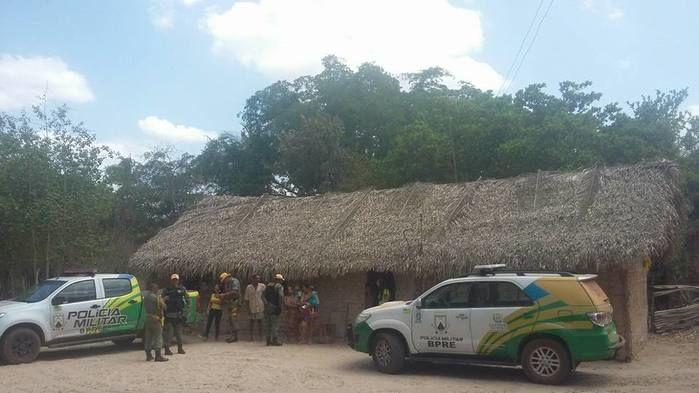 Casa de taipa, onde residem os irmãos vítimas de queimaduras