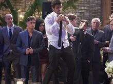 Jonatas fica bêbado e apanha de Eliza após fazer um striptease