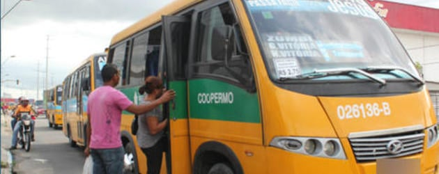 Cobrador é baleado em um micro-ônibus ao exigir passagem de homem