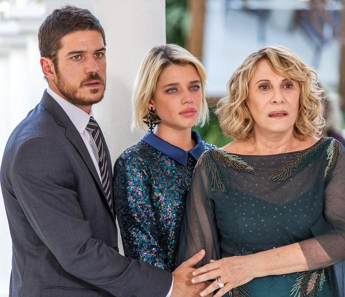 Nora, Belisa e Dante assistem ao show da morena, horrorizados (Crédito: Reprodução)