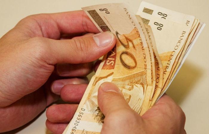 Salário mínimo deve aumentar para R$ 871 a partir de janeiro 2016 (Crédito: Divulgação)