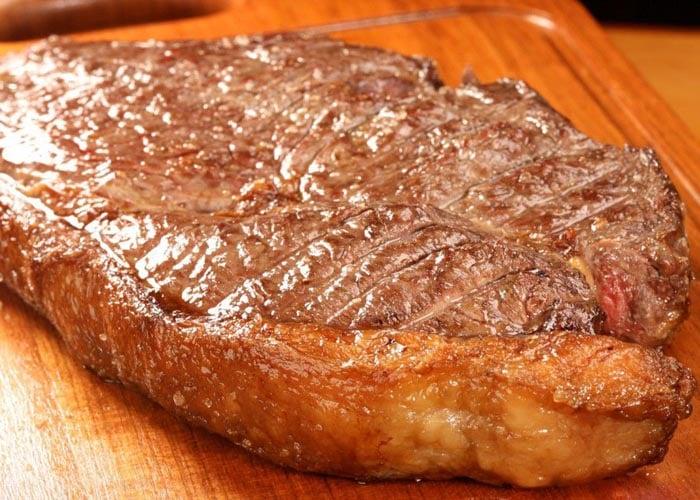 Carne com gordura amarela, um dos itens citados por Clayton