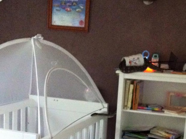 Cobra enorme é flagrada deslizando em berço de bebê (Crédito: Divulgação)