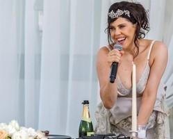 Nelita dá vexame e tira toda roupa durante sua festa de casamento